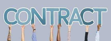 Diverse handen die blauwe brieven steunen die het woordcontract vormen royalty-vrije stock afbeelding