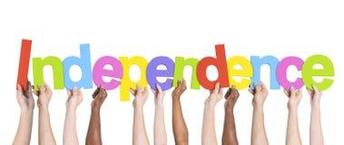 Diverse Handen die de Word Onafhankelijkheid houden stock afbeelding