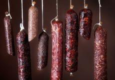 Diverse hangende salamiworsten Stock Foto