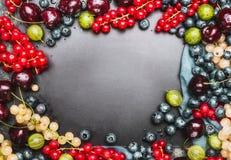 Diverse het voedselachtergrond van de zomerbessen voor recepten en het koken, hoogste horizontaal meningskader, Het verwarmen en  Stock Afbeelding