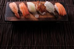 Diverse houten het dienblad hoogste grens van het sushi Japanse voedsel copyspace stock foto