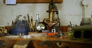 Diverse hulpmiddelen en juwelen op houten lijst 4k stock videobeelden