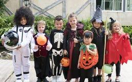Diverse jonge geitjes in Halloween-kostuums royalty-vrije stock fotografie