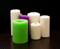 Diverse kaarsen op donkere achtergrond Stock Fotografie