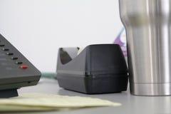 Diverse kantoorbenodigdheden op een bureau stock afbeelding