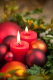 Diverse Kerstmisornamenten en kaarslicht stock foto