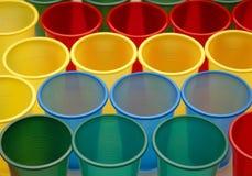 Diverse kleuren plastic koppen stock foto's