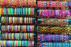 Diverse kleurrijke armbanden op verkoop royalty-vrije stock foto