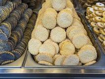 Diverse koekjes in metaaldienbladen om een patisserie te demonstreren stock afbeeldingen
