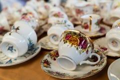 Diverse koffiekoppen in een vlooienmarkt in Turkije royalty-vrije stock foto's