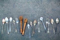 Diverse kokende werktuigengrens Lepels en vork op donkere steen B Stock Fotografie