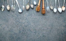 Diverse kokende werktuigengrens Lepels en vork op donkere steen B Royalty-vrije Stock Fotografie