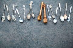 Diverse kokende werktuigengrens Lepels en vork op donkere steen B Royalty-vrije Stock Foto's