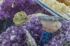 Diverse kristallen in een stapel royalty-vrije stock afbeeldingen