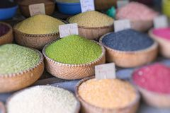 Diverse kruiden en kruiden bij traditionele straatmarkt in Han stock foto's