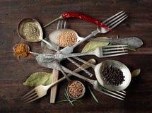 Diverse kruiden en kruiden op houten lijst stock foto's