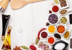 Diverse kruiden en specerijen op witte houten achtergrond Stock Afbeelding