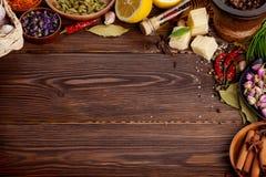 Diverse kruiden op houten achtergrond Stock Foto