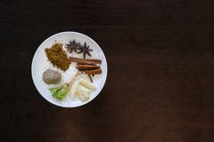 Diverse kruidenkaneel, steranijsplant, sarlic, zwarte pepers, corria Stock Foto