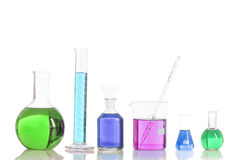Diverse laboratoriumflessen met gekleurde reagentia, pipet royalty-vrije stock afbeelding