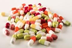 Diverse medische capsules op een lichte achtergrond royalty-vrije stock foto