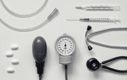 Diverse medische hulpmiddelen als achtergrond stock fotografie