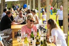 Diverse Mensen bij een openluchtvoedsel en Wijnfestival royalty-vrije stock fotografie
