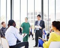 Diverse Mensen die aan de Presentatie van de Arts luisteren Stock Foto