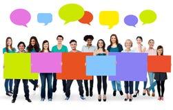 Diverse mensen die kleurrijke raad houden Stock Foto
