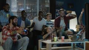 Diverse mensen die met videospelletje onderhouden stock footage