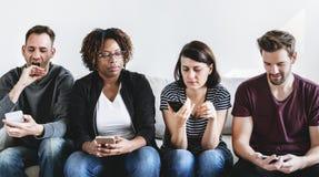 Diverse mensen die mobiele telefoons met behulp van royalty-vrije stock afbeeldingen