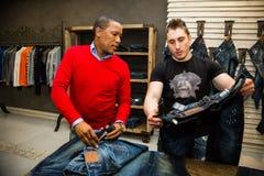 Diverse Mensen die voor Jeans in Upmarket Wandelgalerij winkelen royalty-vrije stock foto