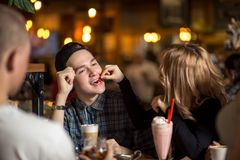 Diverse Mensen Hang Out Pub Friendship royalty-vrije stock afbeeldingen