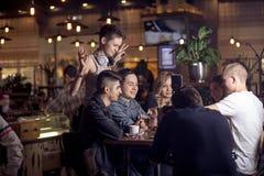Diverse Mensen Hang Out Pub Friendship royalty-vrije stock fotografie