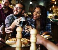 Diverse Mensen Hang Out Pub Friendship stock fotografie