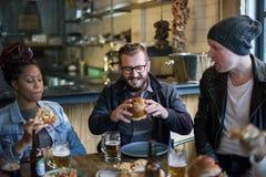 Diverse Mensen Hang Out Pub Friendship stock foto's