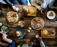 Diverse Mensen Hang Out Pub Friendship Concept stock afbeeldingen