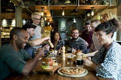 Diverse Mensen Hang Out Pub Friendship Concept stock afbeelding