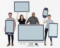 Diverse mensen met divers model van digitale apparaten stock afbeelding