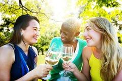 Diverse Mensenvrienden die uit het Drinken Concept hangen stock foto's