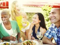 Diverse Mensenvrienden die uit het Drinken Concept hangen Royalty-vrije Stock Foto's