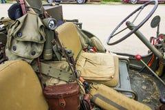 Diverse militärt kugghjul i öppen jeep royaltyfri fotografi