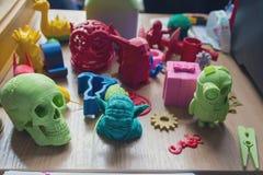 Diverse modellen van plastiek op de lijst worden vervaardigd op een 3d printer Royalty-vrije Stock Foto