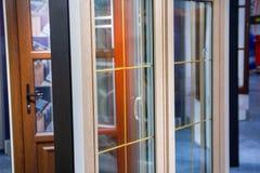 Diverse modellen van vensters in de tentoonstellingszaal van de opslag royalty-vrije stock foto