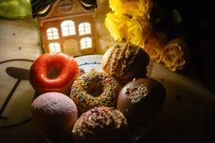 Diverse mooie donuts en bloemen Stock Afbeelding
