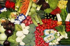 Diverse multi gekleurde groenten bij de marktkraam royalty-vrije stock afbeelding