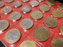 Diverse muntstukken in het numismatiekalbum stock fotografie
