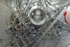 Diverse niet gesorteerde chirurgische instrumenten in het ziekenhuis royalty-vrije stock fotografie