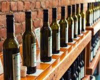 Diverse olijfolieflessen op plank Stock Foto