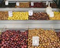 Diverse olijven op de markt stock foto's